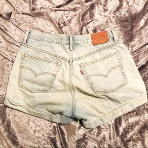 LEVI'S HIGH WAISTED LIGHT BLUE DENIM MOM SHORTS